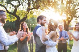 Mariés qui dansent entouré de leur invités. Jour J. Wedding Planner en ile de france. Paris en Noces