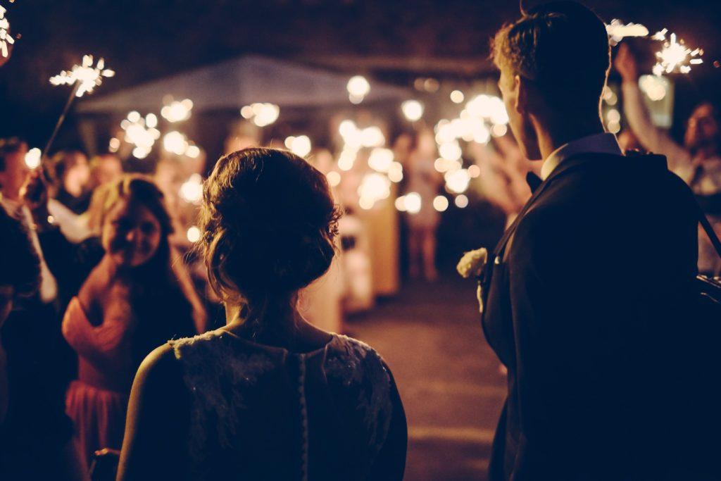 Mariés faisant leur grande sortie avec leur invités. Liste d'invités. Wedding planner en ile de france. Paris en Noces