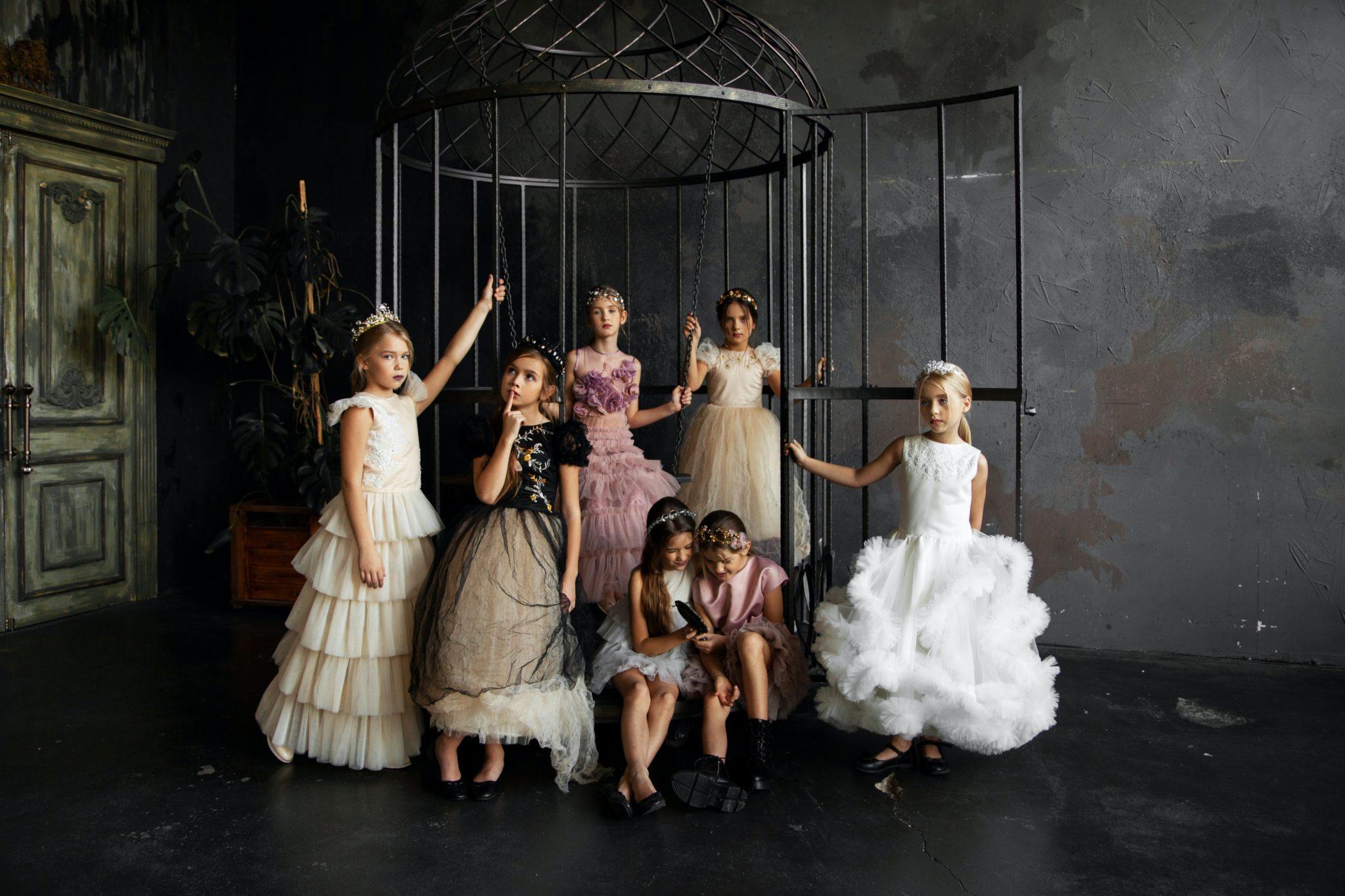 Petites filles en robes de princesse. Mariage. Wedding planner er ile de france. Paris en Noces