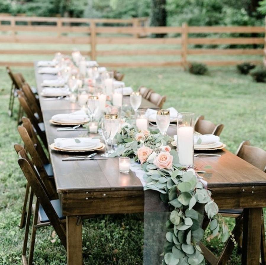 Table de mariage en bois décoré. Paris en Noces