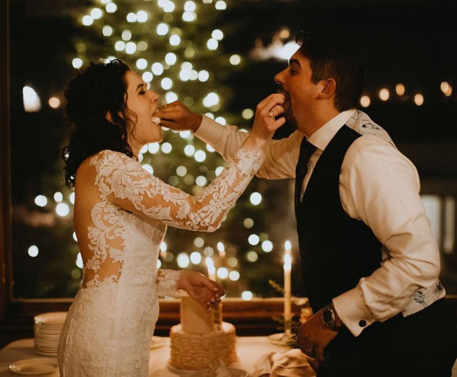 Mariés qui se font gouter le gâteau. Wedding planner en ile de France. Paris en Noces