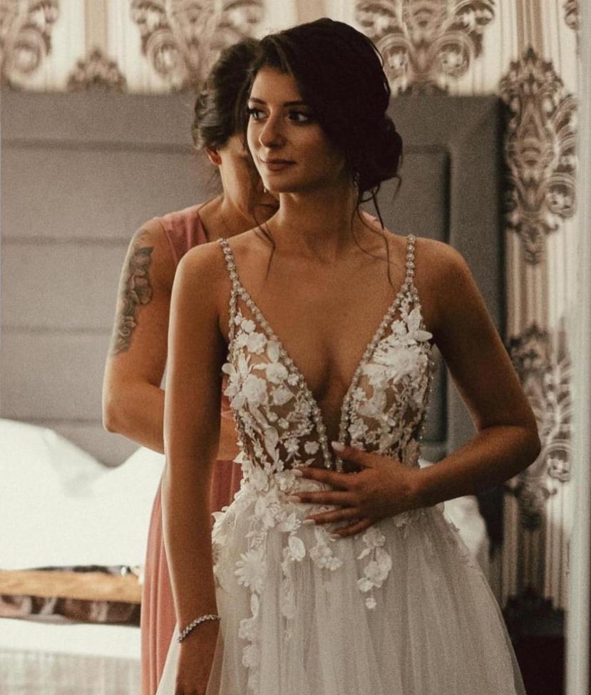 Wedding planner qui aide la mariée à mettre sa robe. Wedding planner en ile de France. Paris en Noces
