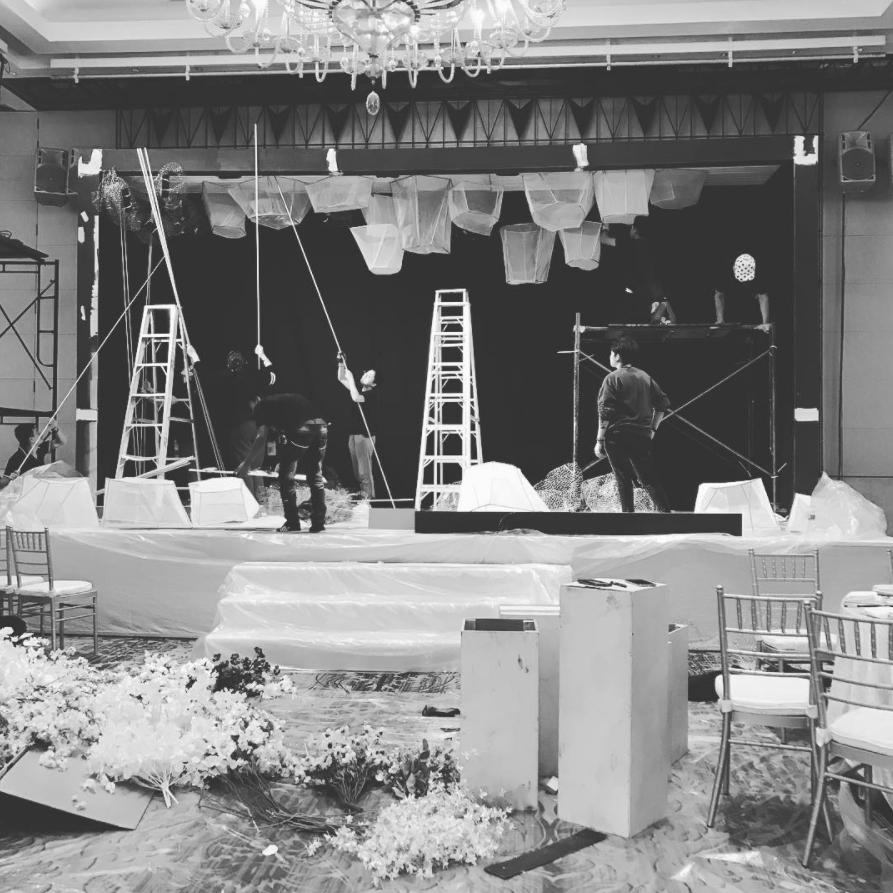 Installation d'une décoration de mariage. Wedding planner en ile de France. Paris en Noces