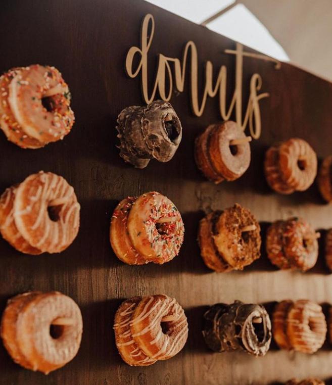 Planche de donut en bois et donuts garnis. bar de mariage. Paris en noces. Wedding planner en Île de France.
