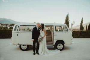 mariés qui s'embrassent devant un van. coaching organisation de mariage. Paris en noces.