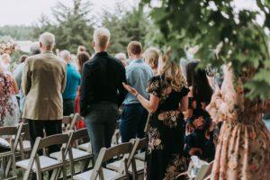 Inivités de mariage debout, applaudissant les mariés. Liste d'invités. Wedding planner en ile de france. Paris en Noces