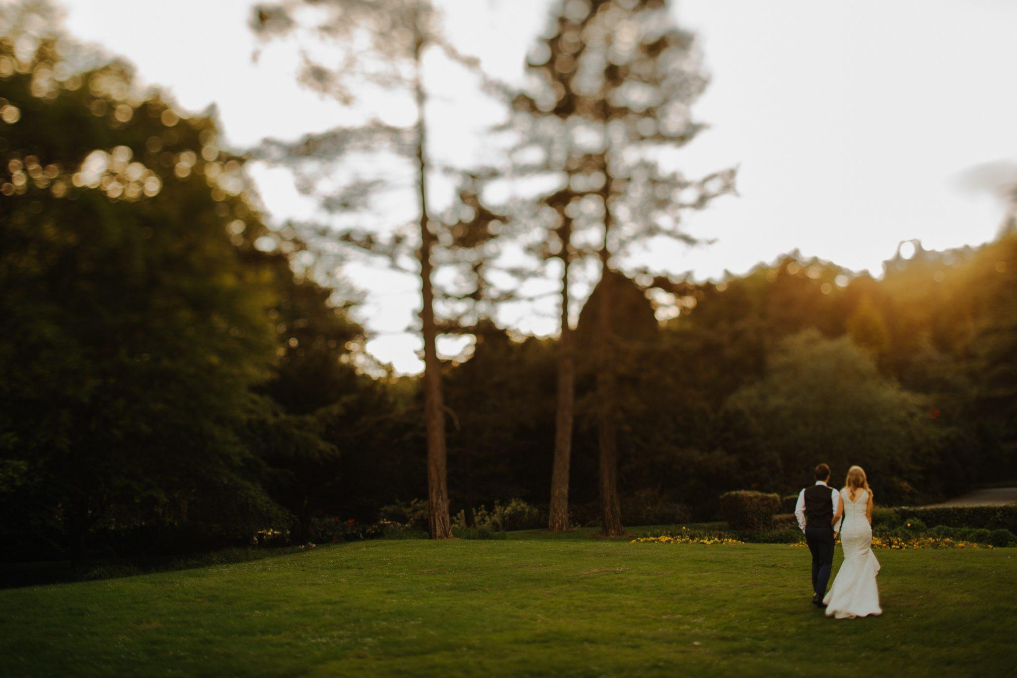 Marie et Femme dans une prairie. Coordination de Jour J. Paris en Noces. Wedding planner en Ile de France