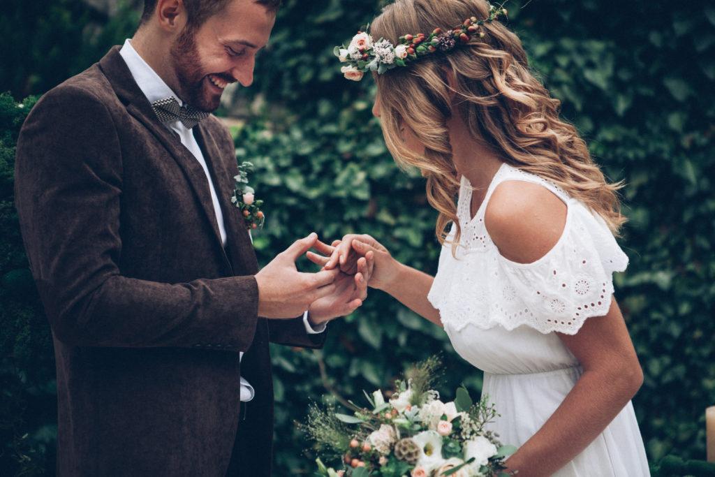 Des mariés qui s'échanges leurs alliances - budget de mariage - Paris en Noces - Wedding planner en ile de france