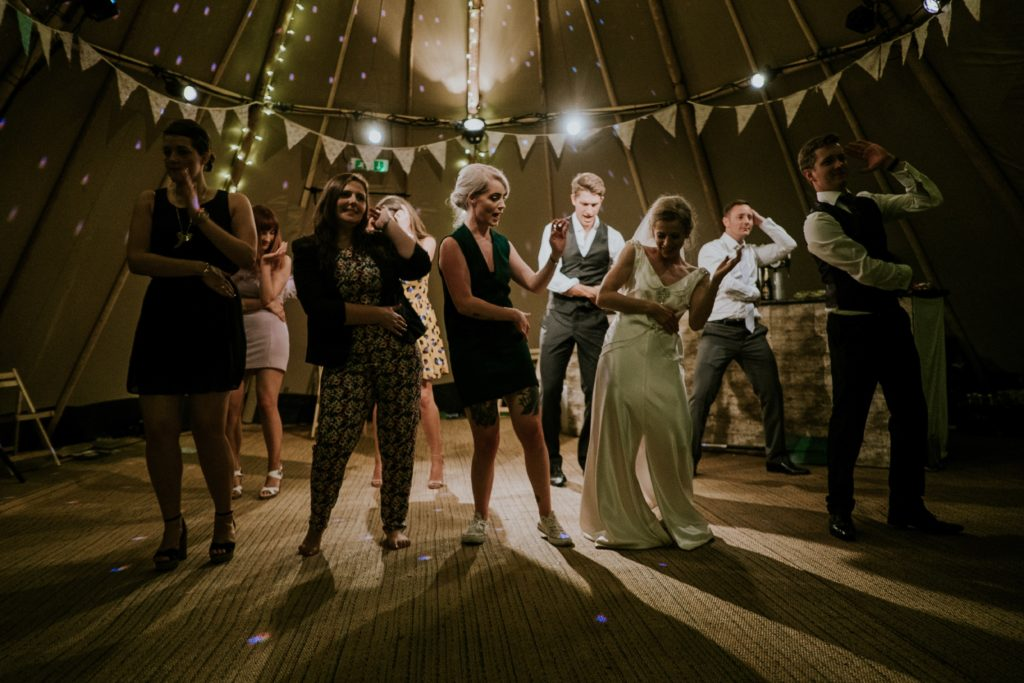 Invités qui danse à un mariage avec les mariés. Mariage en petit comité. Wedding planner en ile de france. Paris en Noces