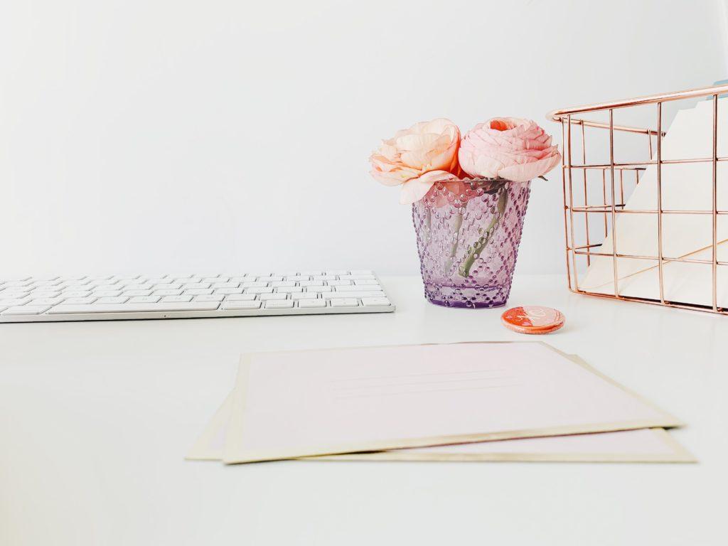 Bureau de femme avec fleurs et clavier - Budget de mariage  - Paris en Noces - Wedding planner en ile de france