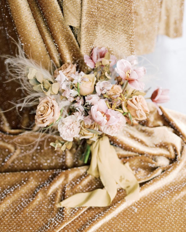 Assemblage de roses sur un drapé doré. Paris en Noces. Wedding planner en île de France.