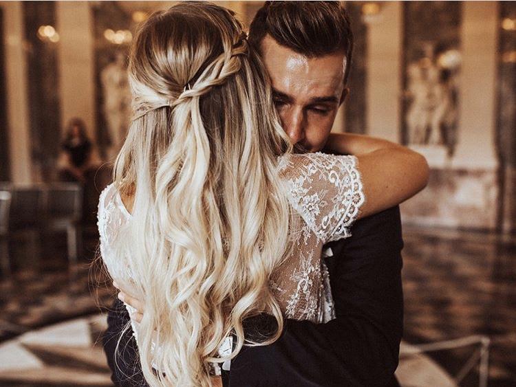 Mariés s'enlaçant. Coiffures de mariage. Paris en Noces. Wedding Planner Ile de France