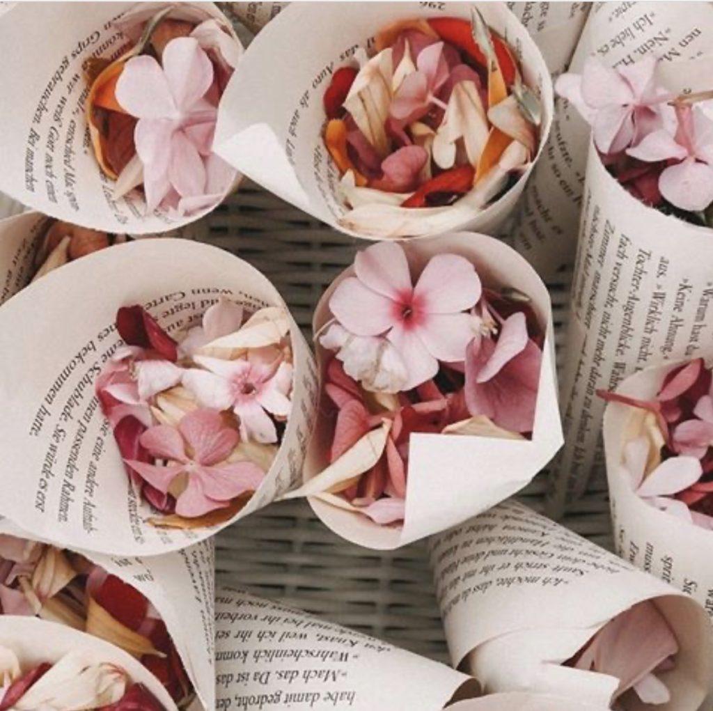 Pétales de fleurs dans des cônes.sortie de cérémonie. Paris en noces. Wedding planner en île de France
