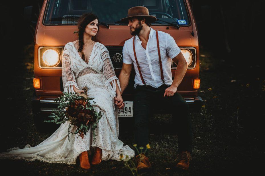 Couple posé sur l'avant d'un vieux combi. Photo de couple.Paris en NOces. Wedding planner en île de France.
