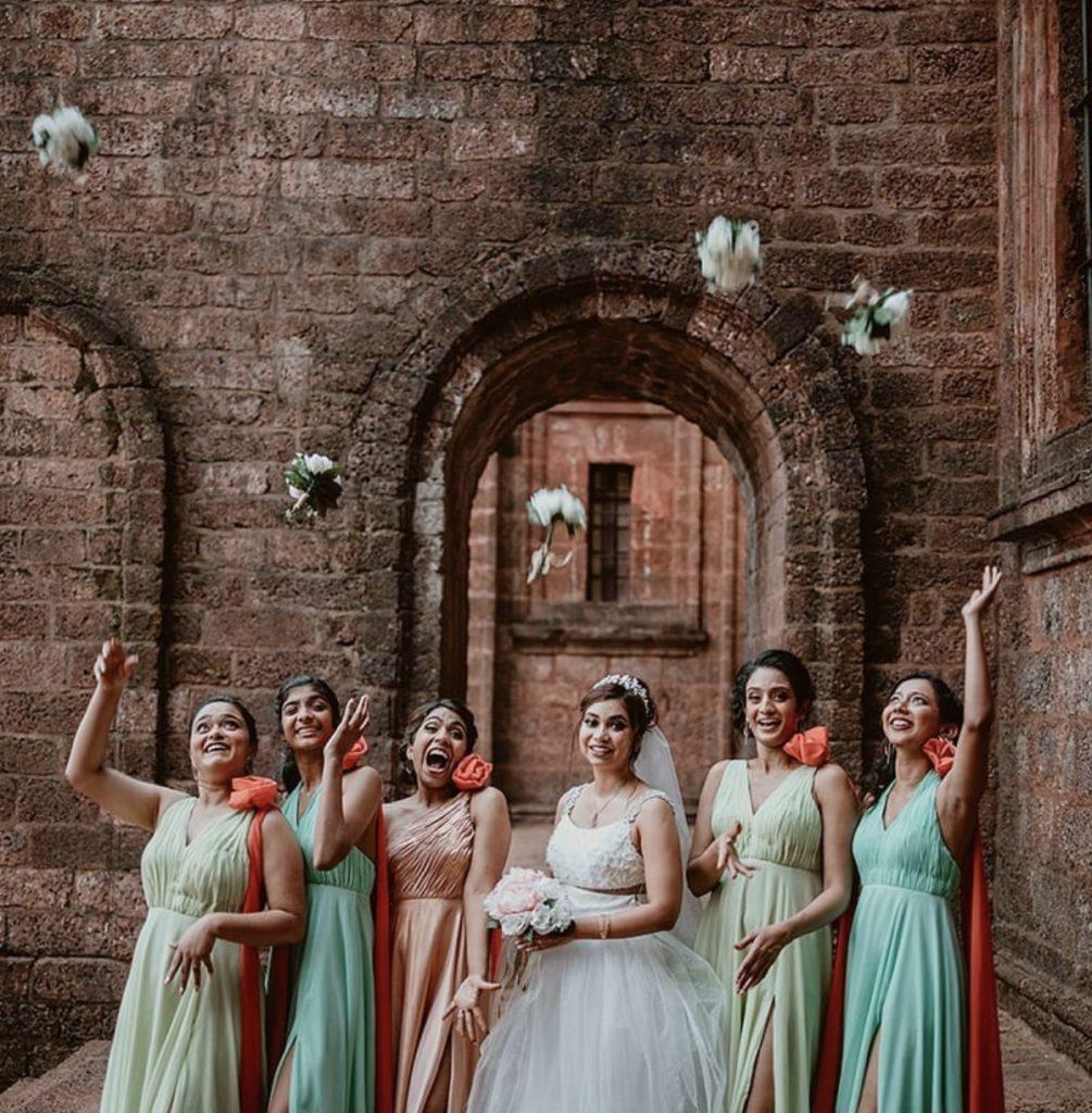 Mariée et femmes attrapant des petits bouquets du bouquet de la mariée. lancer de bouquet.Paris en Noces.Wedding planner en île de France.