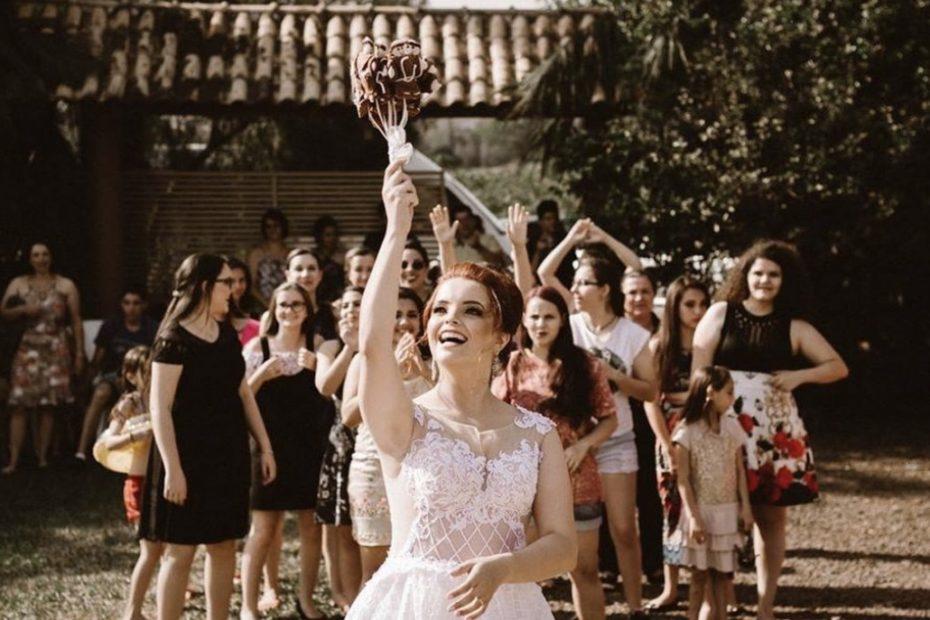 Mariée prête à lancer son bouquet de mariage. lancer de bouquet.Paris en Noces.Wedding planner en île de France.