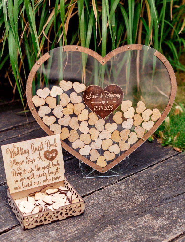 Cadre transparent en forme de coeur. Livre d'or.Paris en noces.wedding planner en île de France
