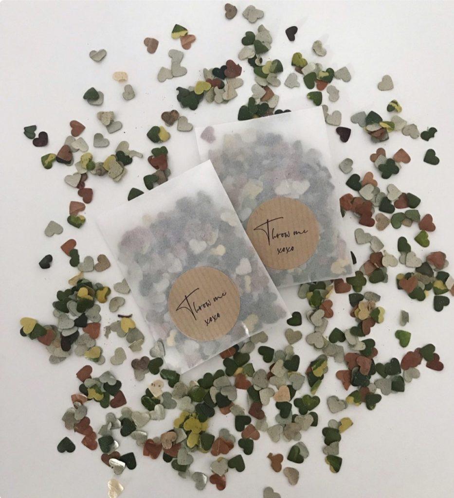 Confettis naturel en forme de coeur. sortie de cérémonie. Paris en noces. Wedding planner en île de France