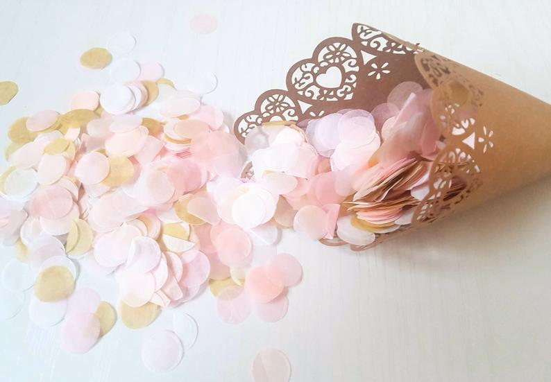 Confettis rose, blanc et doré. sortie de cérémonie. Paris en noces. Wedding planner en île de France