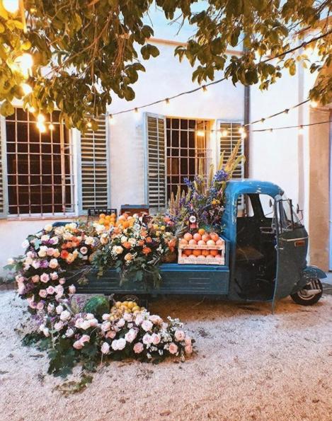 Décoration d'un camion vintage en fleurs Décoration de mariage Wedding Planner en Ile de France. Paris en Noces