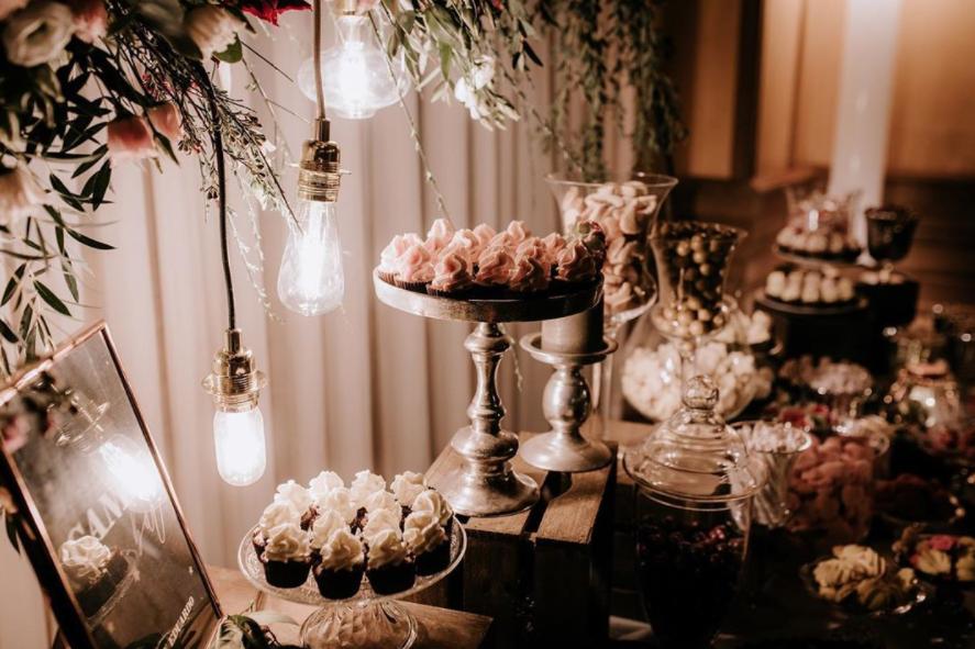 Cnady bar éclairé par des ampoules vintage. bar de mariage. Paris en noces. Wedding planner en Île de France.