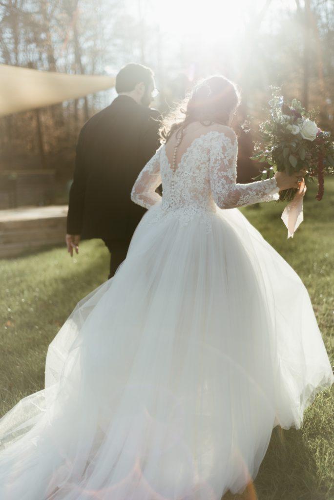 Mariés de dos. coaching organisation de mariage. Paris en noces. Wedding planner en ile de france