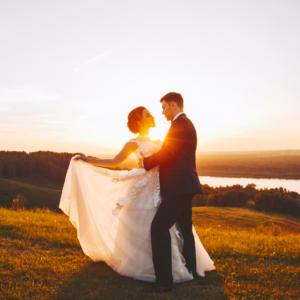 Mariés qui danse sous le couché de soleil. Retro-planning de mariage. Paris en Noces. Wedding planner en Ile de France
