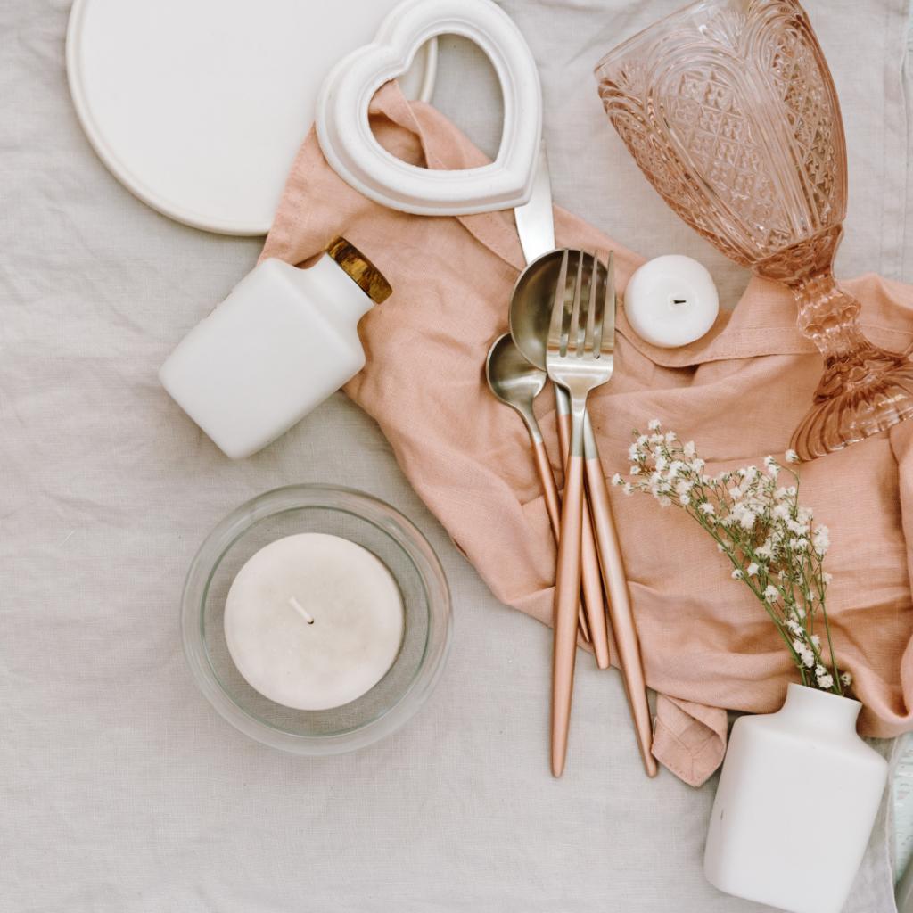 Verre, couvert, bougies de mariage sur une table. Meilleure wedding planner. Paris en Noces. Wedding Planner en Ile de France.