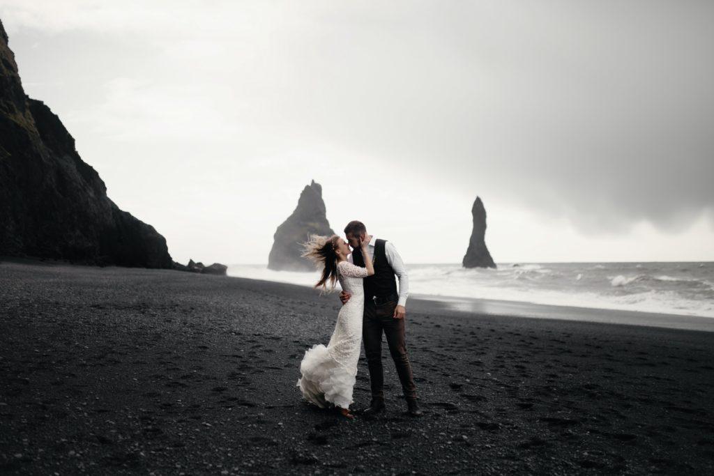 marié qui s'embrasse sur une plage. avant de commencer l'organisation. Wedding planner ile de france. Paris en Noces