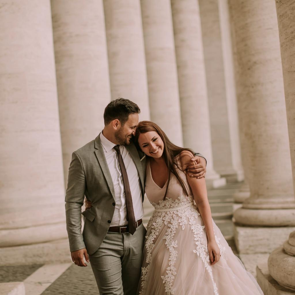 Mariés qui se prennent dans les bras. Mariage et covid. Wedding planner ile de France. Paris en Noces