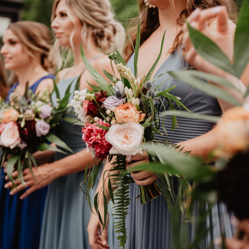 Demoiselle d'honneur et bouquet. Mariage et covid. Wedding planner ile de France. Paris en Noces