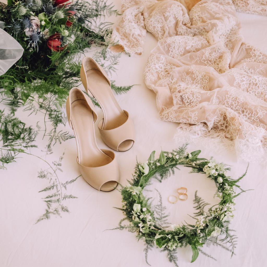 Chaussures, robes, alliances et couronne de mariée. Mariage et covid. Wedding planner ile de France. Paris en Noces