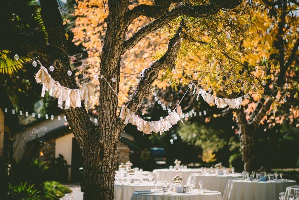 Tables de mariage en extérieur.