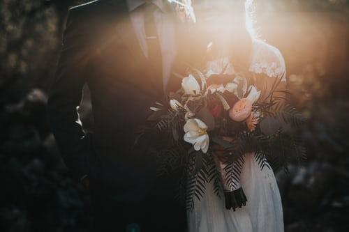 Photo de mariés avec le bouquet de la mariée