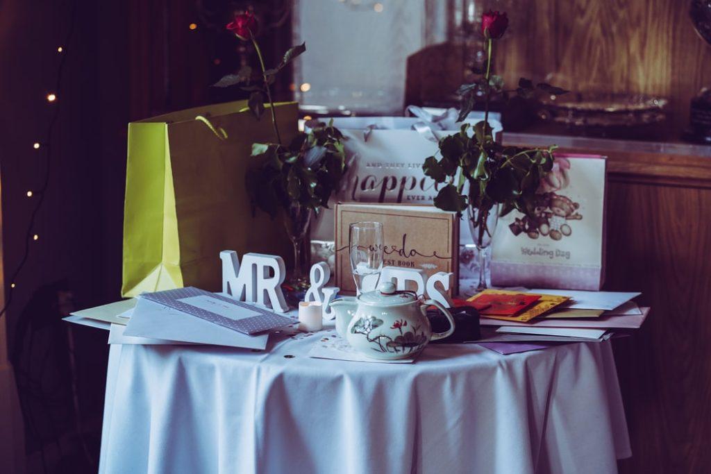 Livre d'or, urne et cadeaux des invités. Détails oubliés. Wedding Planner en Ile de France. Paris en Noces