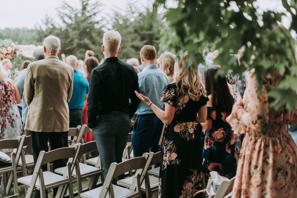 Invités durant une cérémonie de mariage.