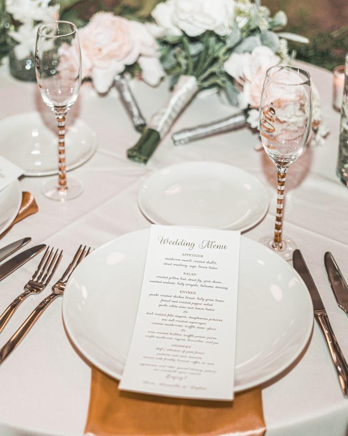 Art de la table d'un mariage avec menu. Détails oubliés. Wedding Planner en Ile de France. Paris en Noces