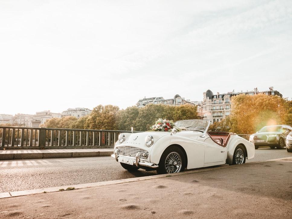Voiture de mariage à Paris. Détails oubliés. Wedding Planner en Ile de France. Paris en Noces
