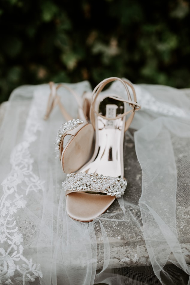 Chaussures de mariée avec voile. Détails oubliés. Wedding Planner en Ile de France. Paris en Noces