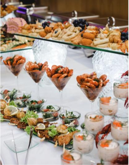 Buffet avec des pièces de nourriture de mariage. Traiteur. Wedding Planner en Ile de France. Paris en Noces