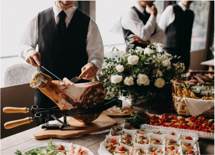 Découpe de jambon. Buffet avec des pièces de nourriture. Traiteur. Wedding Planner en Ile de France. Paris en Noces